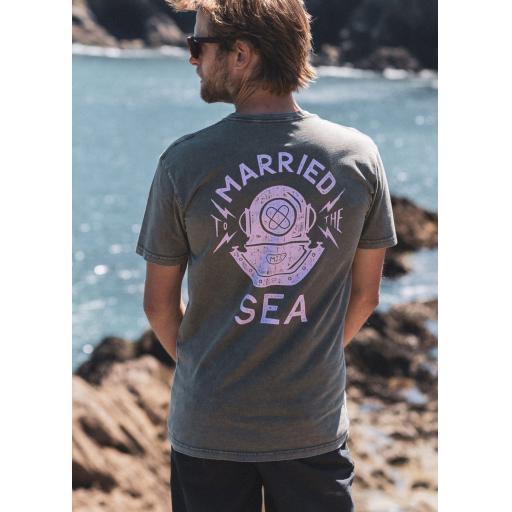 diver-moss-tshirt-model.jpg